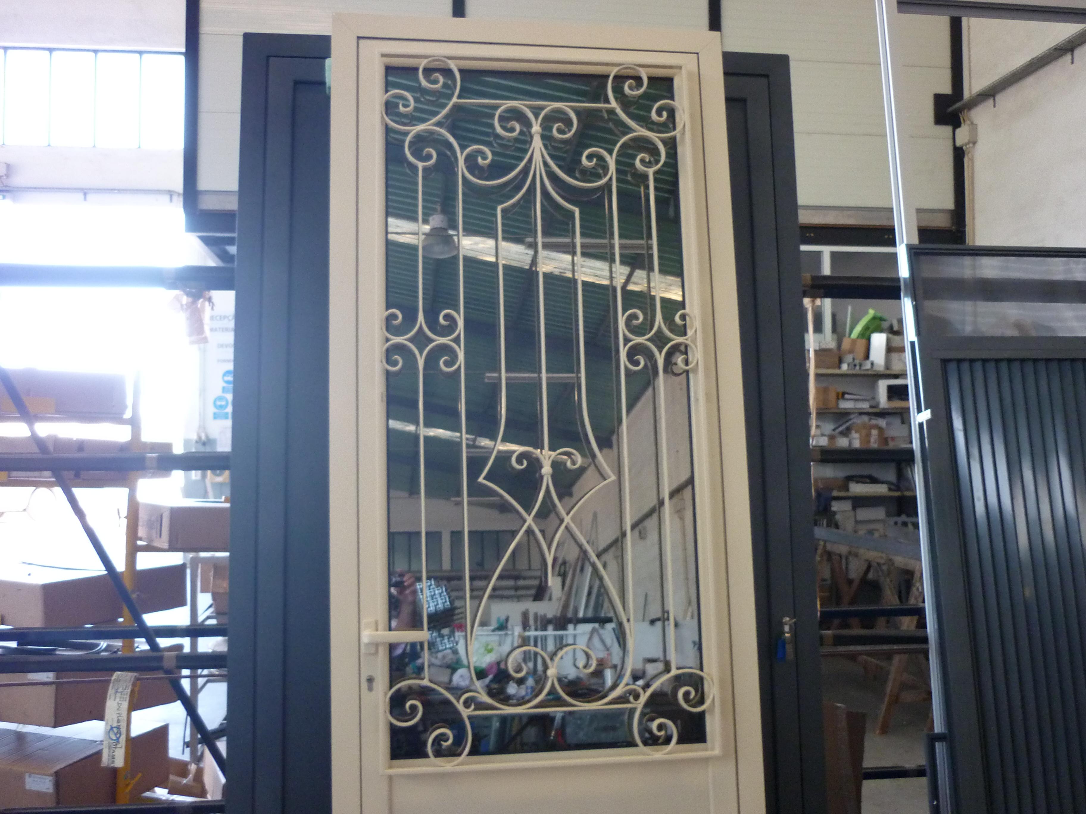 #41628A Portas de aluminio c/grade ferro forgado Duplometal 4194 Imagens De Portas E Janelas De Alumínio